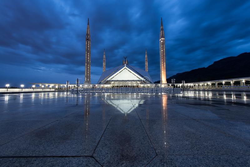 El Sah Faisal Mosque Masjid en el crepúsculo, el islámico moderno foto de archivo