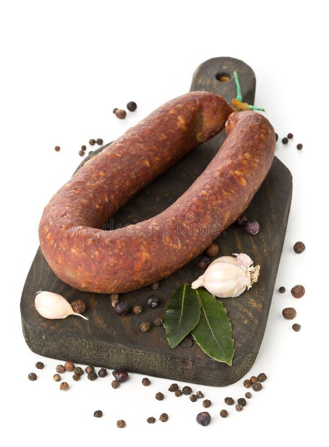 El salami alemán de la especialidad curó difícilmente la salchicha entera con las especias encendido foto de archivo libre de regalías