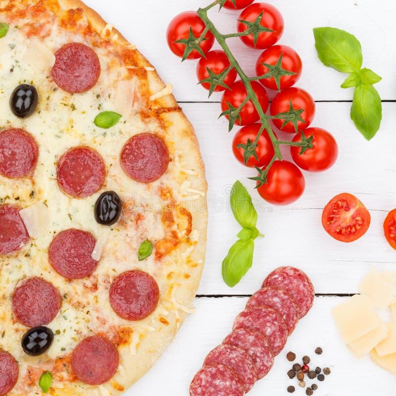 El salami de los salchichones de la pizza desde arriba del cuadrado de los ingredientes que cuece se cierra para arriba en el tab fotografía de archivo libre de regalías