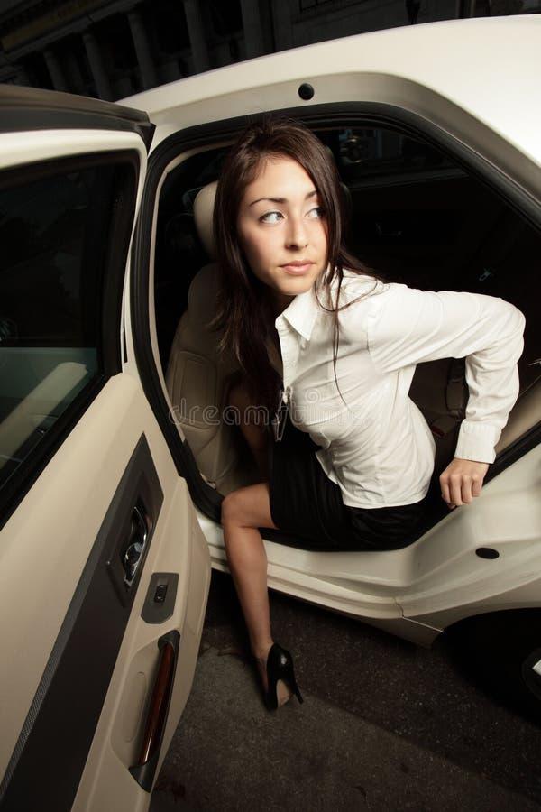 El salir de la mujer de su coche imagen de archivo libre de regalías