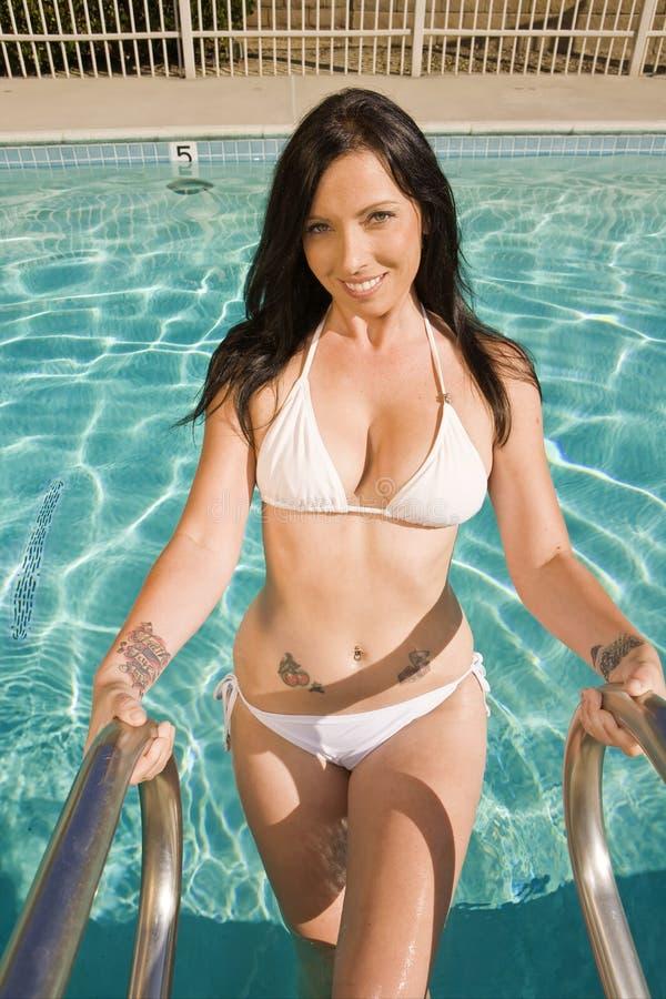 El salir hermoso de la mujer de la piscina fotos de archivo