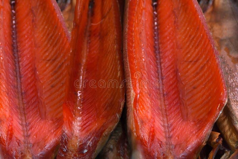 El salmón ahumado es muy rojo en el contador fotos de archivo