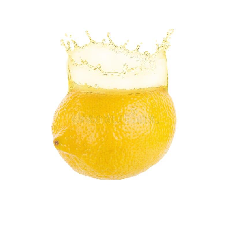 el salpicar amarillo del limón y del jugo de limón aislado en un backg blanco imagen de archivo libre de regalías