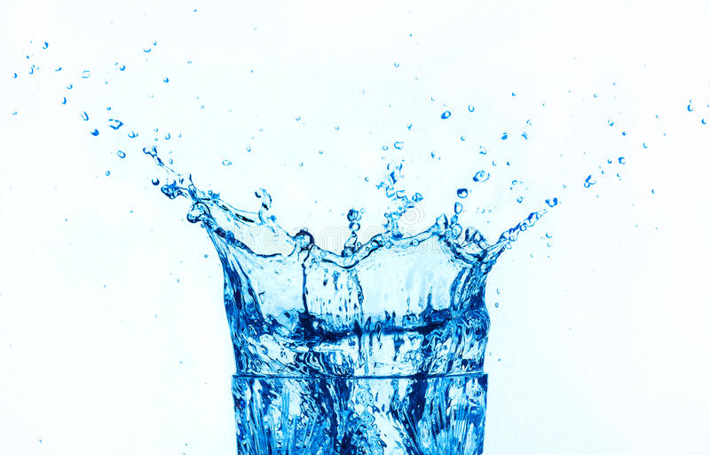 El salpicar del agua azul aislado en el fondo blanco. fotografía de archivo