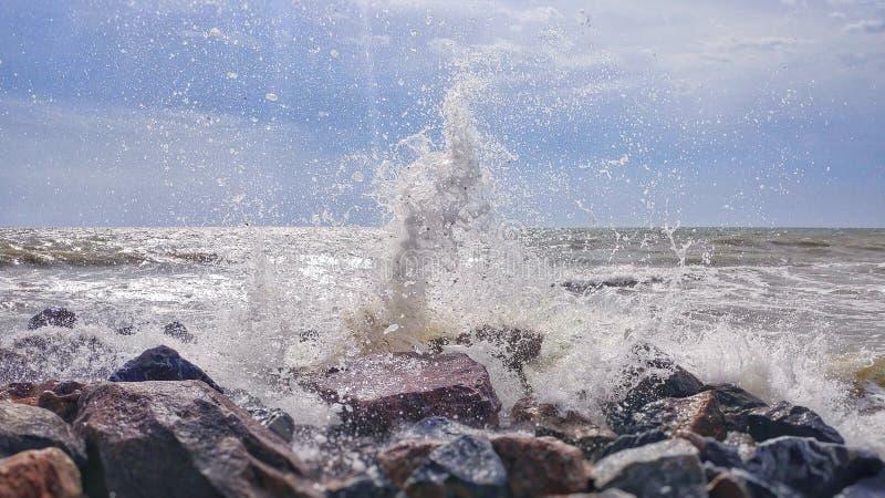 El salpicar del mar foto de archivo libre de regalías