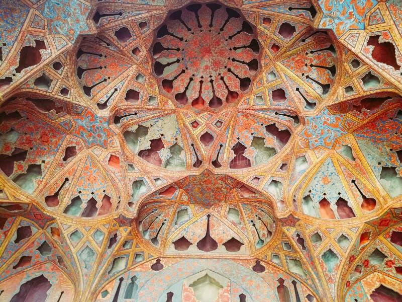 El saltar de los muqarnas del techo del teatro de variedades en el palacio de Ali Qapu Isfahán, Irán imagen de archivo libre de regalías