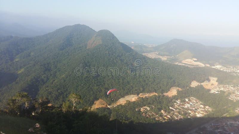 El saltar en caída libre en Caraguatatuba foto de archivo libre de regalías