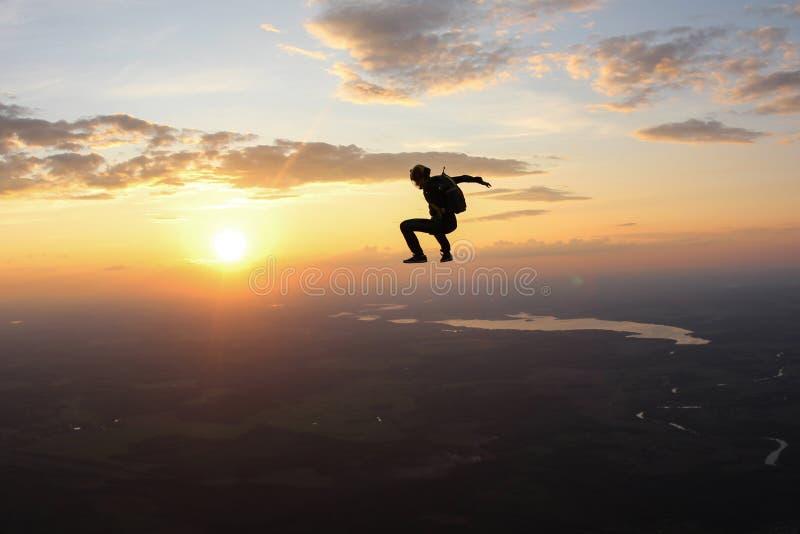 El saltar en caída libre de Freefly El Skydiver se está sentando en el cielo fotografía de archivo libre de regalías