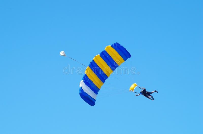 El saltar en caída libre en tándem imagen de archivo libre de regalías