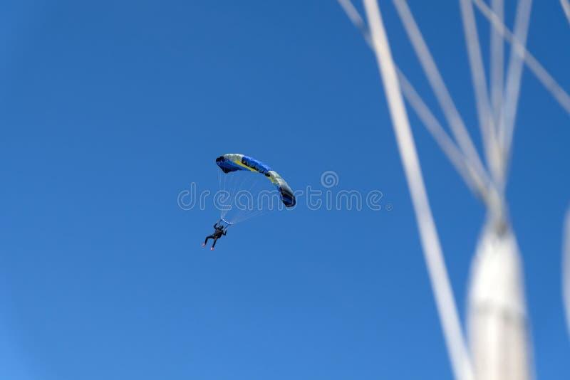 El saltar en caída libre está en el cielo fotos de archivo libres de regalías