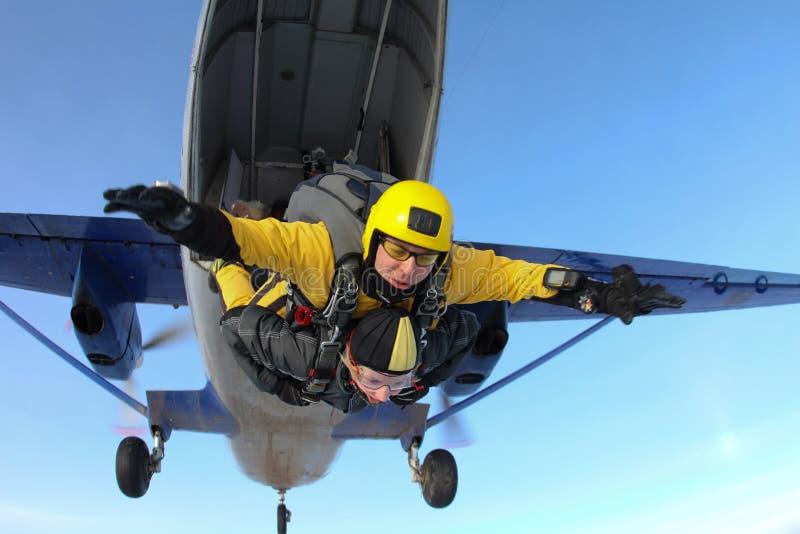El saltar en caída libre en tándem Los Skydivers son el saltar de un avión fotos de archivo