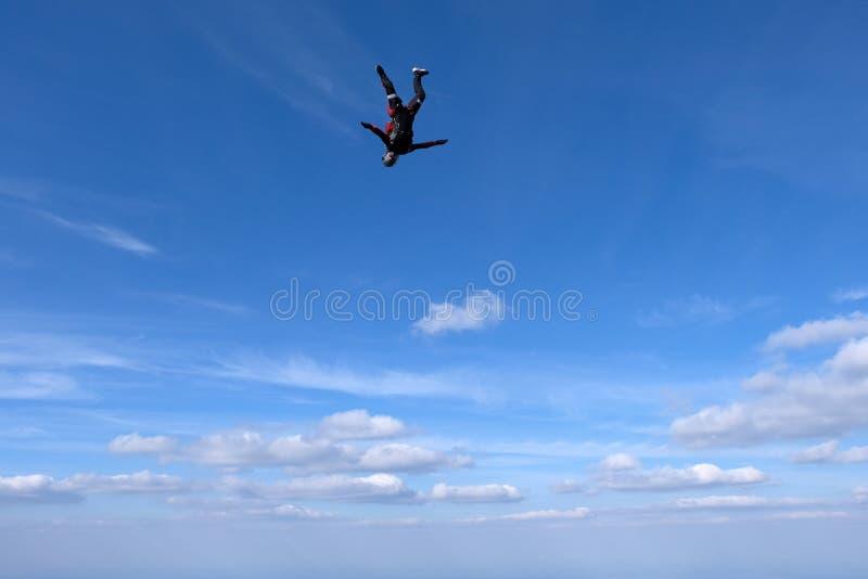 El saltar en ca?da libre del estilo libre La muchacha está en el baile en el cielo foto de archivo