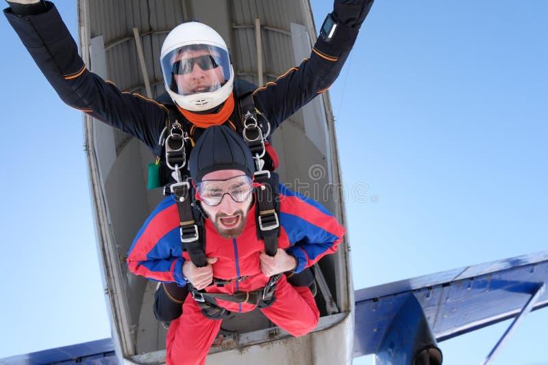 El saltar en ca?da libre en t?ndem Dos hombres felices están saltando imagen de archivo libre de regalías
