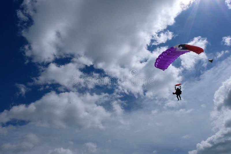 El saltar en ca?da libre en t?ndem Un paracaídas está aterrizando fotografía de archivo libre de regalías