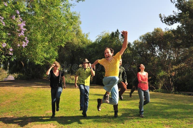 El saltar en el parque foto de archivo libre de regalías