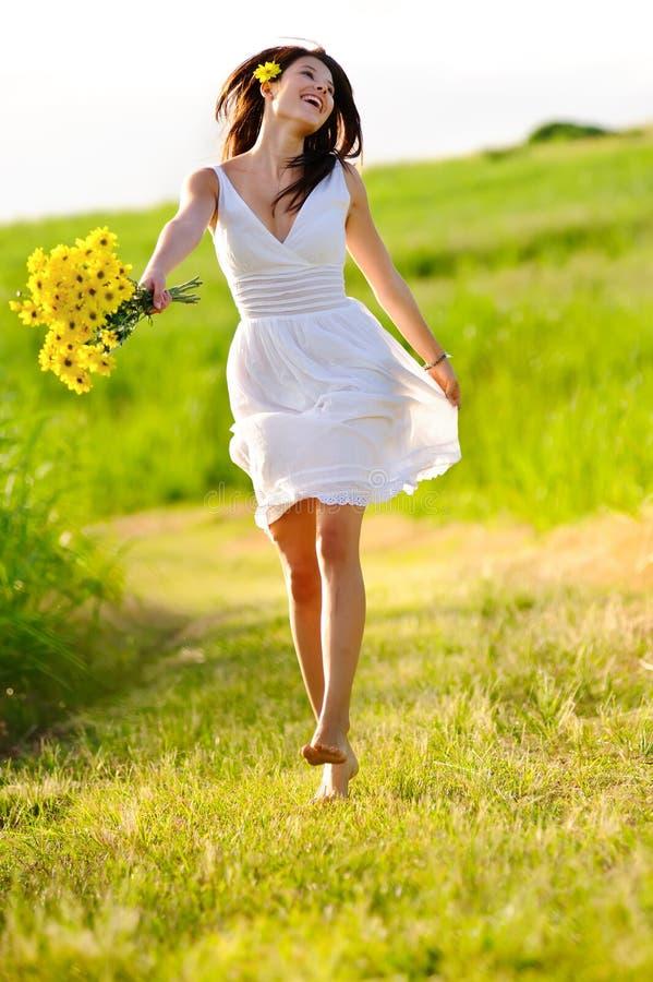 El saltar feliz adorable de la mujer del verano fotos de archivo