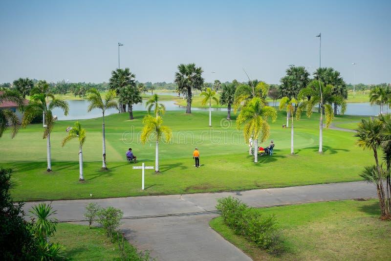 El saltar practicante del golf de la gente fotografía de archivo libre de regalías