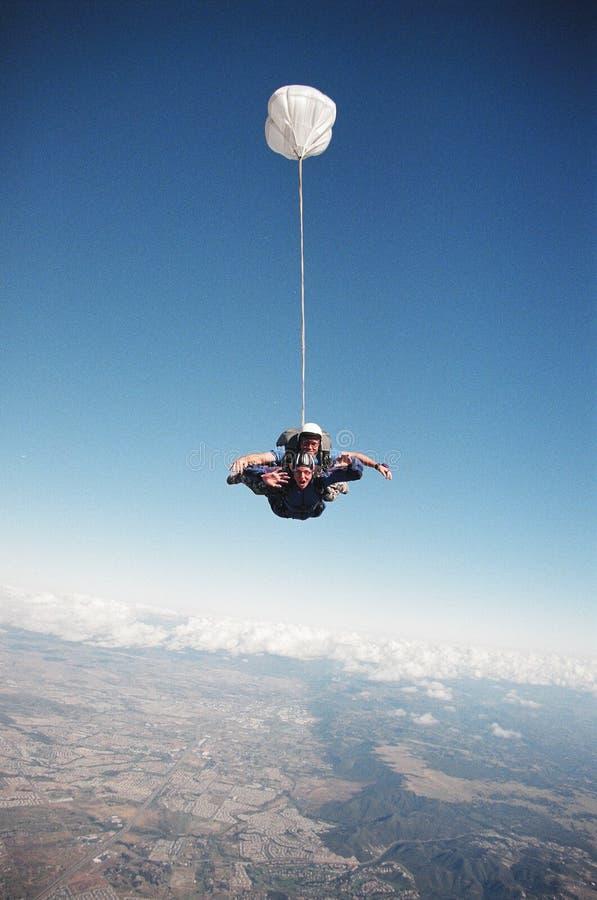 El salto de cielo libera caída imagen de archivo libre de regalías