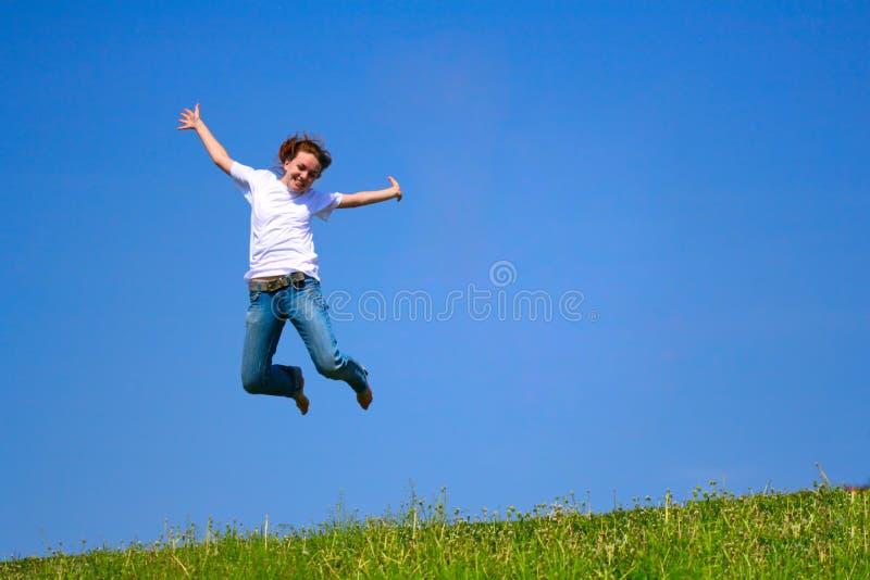 El salto de la chica joven fotografía de archivo libre de regalías