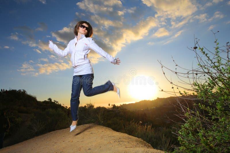 El salto de la mujer fotos de archivo libres de regalías