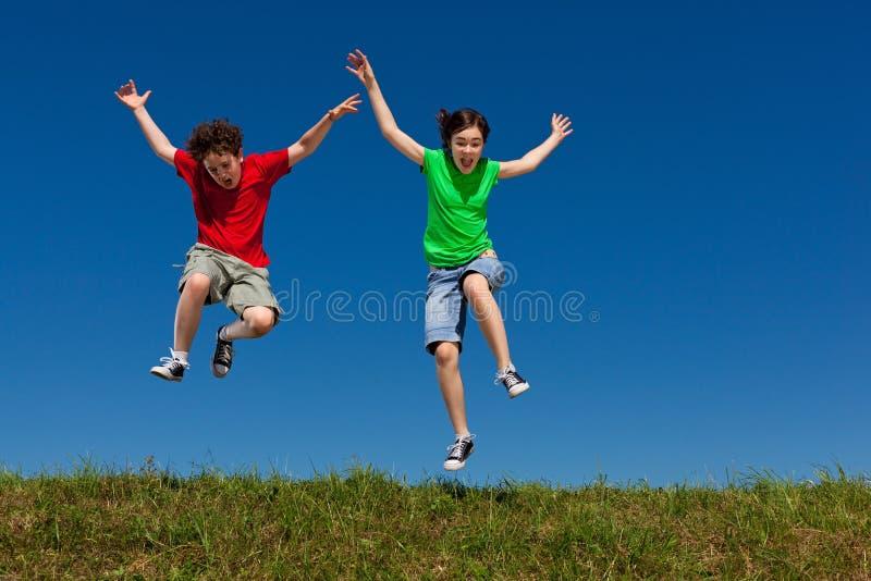 El salto de los cabritos al aire libre foto de archivo
