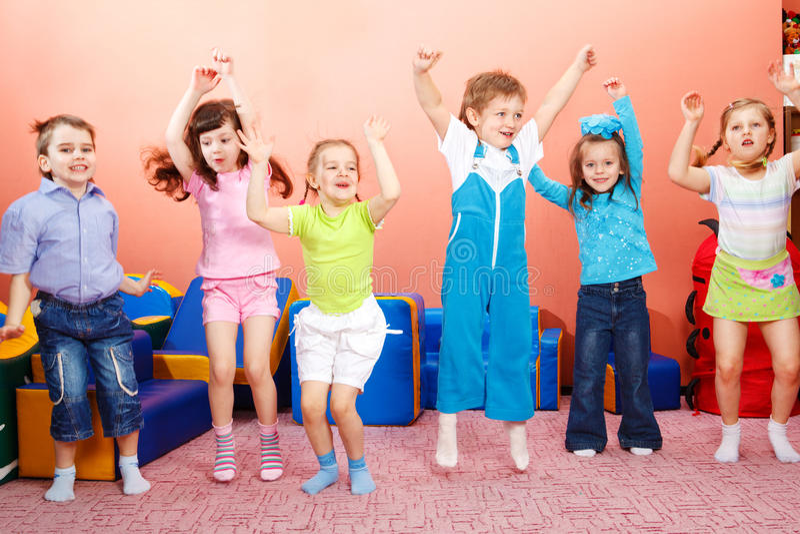 El salto de los Preschoolers foto de archivo libre de regalías
