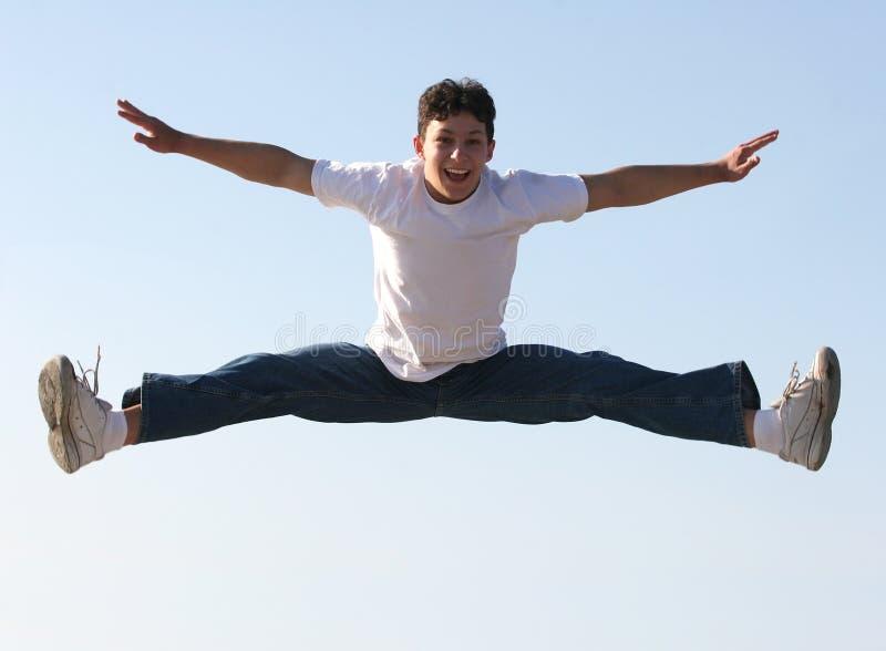 El salto del muchacho foto de archivo libre de regalías