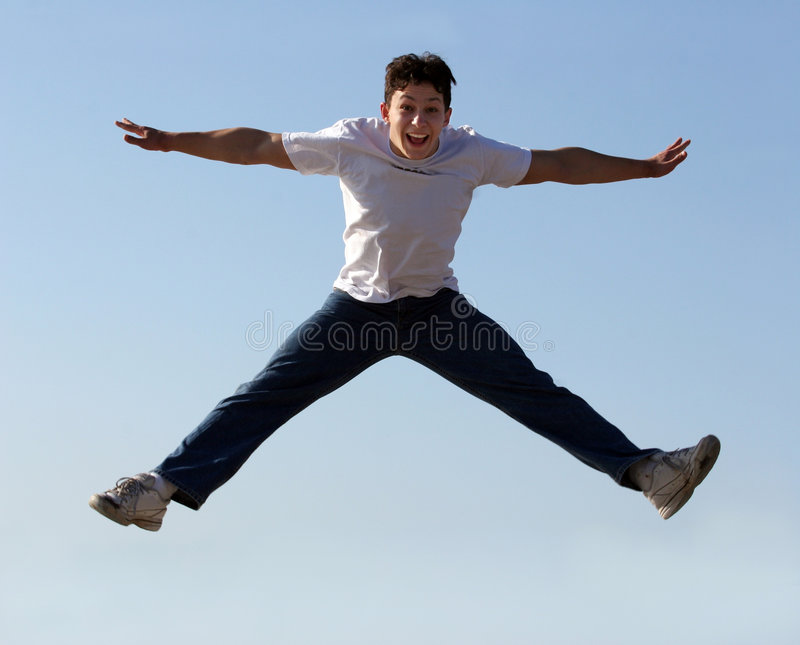 El salto del muchacho fotografía de archivo