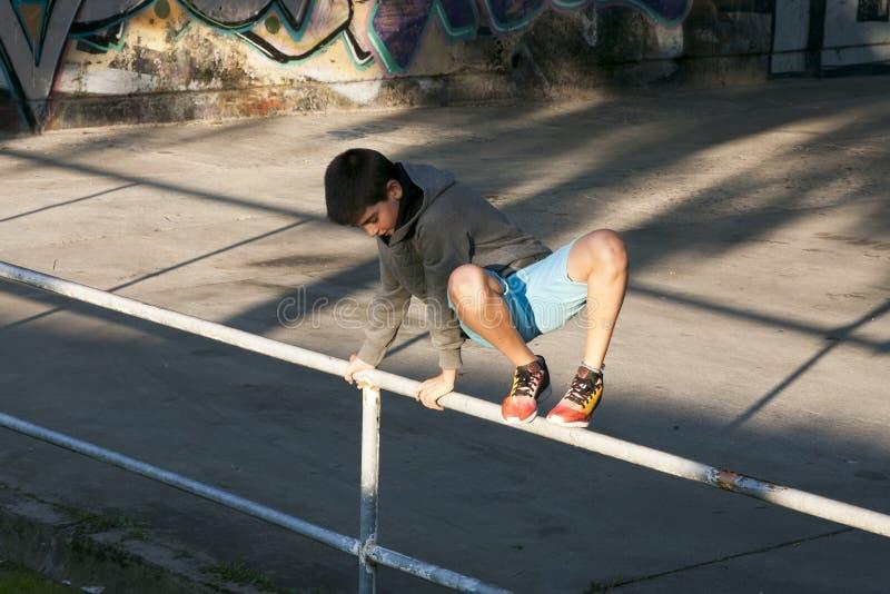 El salto del muchacho imagenes de archivo