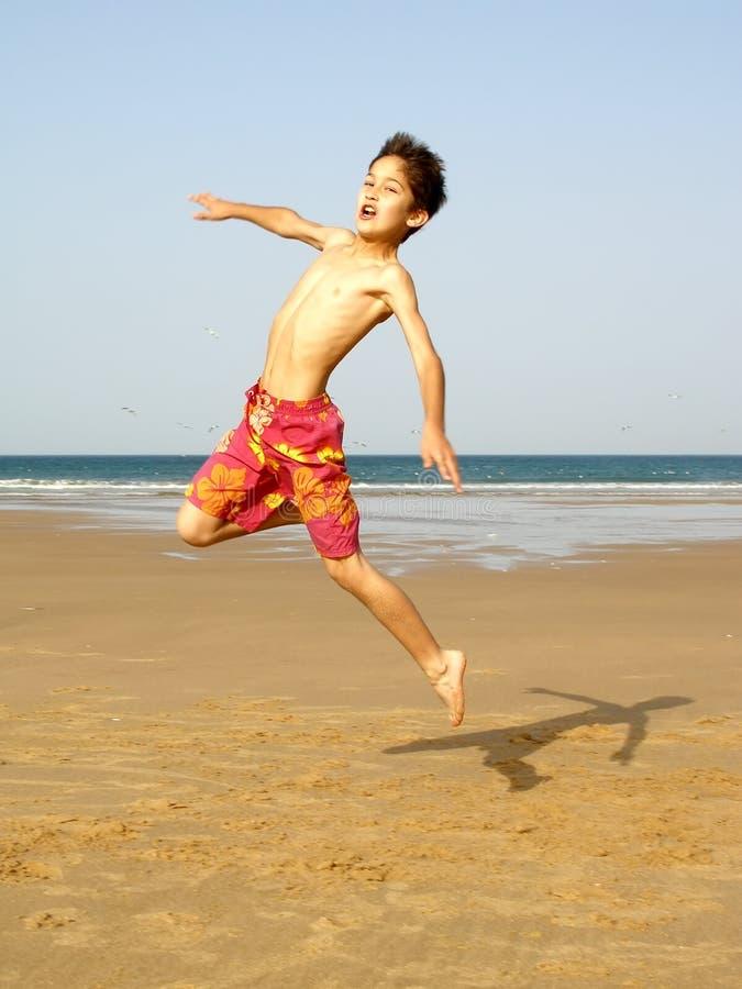 El salto del muchacho imágenes de archivo libres de regalías