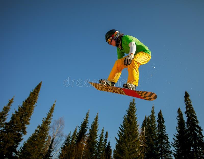 El salto del Snowboarder foto de archivo libre de regalías