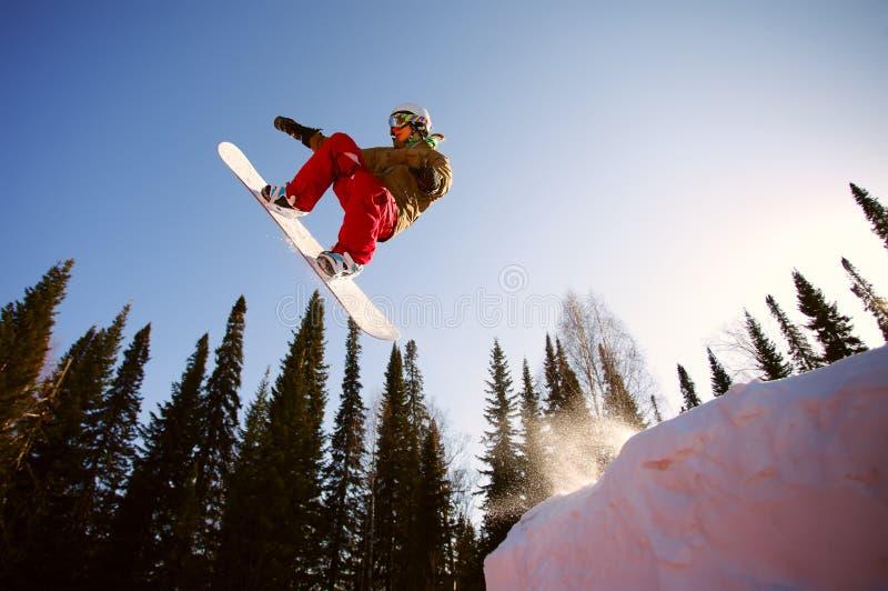 El salto del Snowboarder imagen de archivo