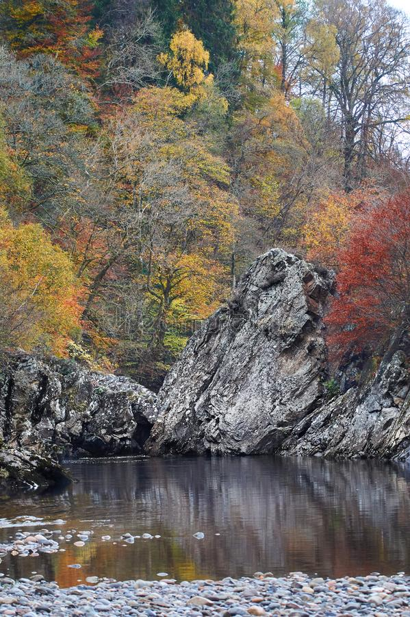 El salto en colores del otoño, Escocia del soldado foto de archivo
