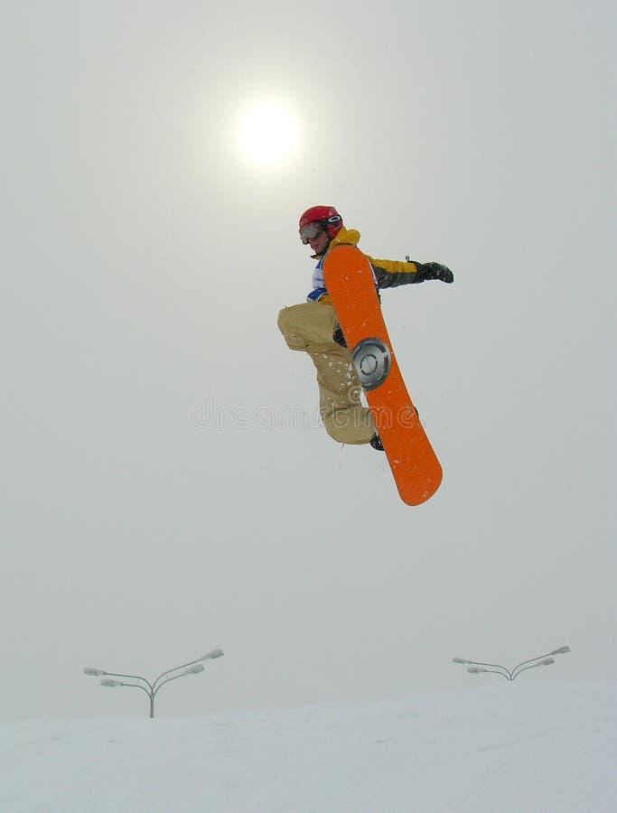 El salto y el sol del Snowboarder imágenes de archivo libres de regalías