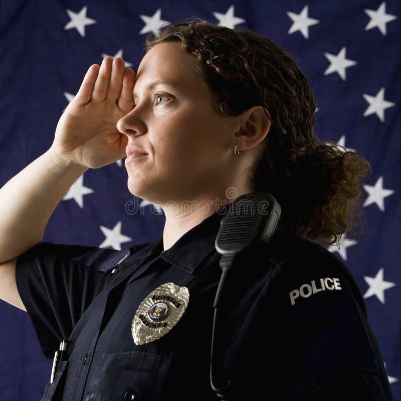 El saludar de la mujer policía. imagenes de archivo