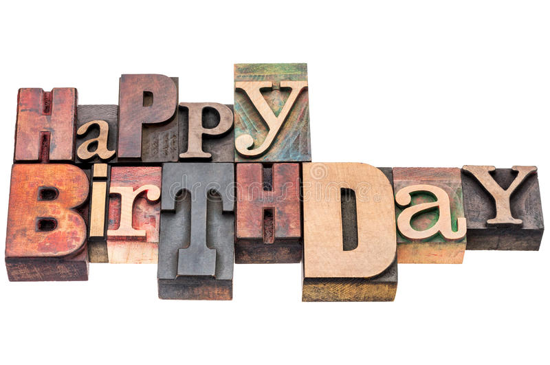 El saludo del feliz cumpleaños firma adentro el tipo de madera imagen de archivo