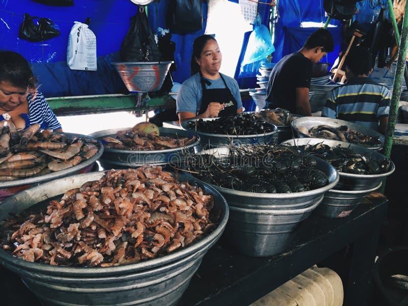 EL SALVADOR, LA LIBERTAD - 4 DE MARZO DE 2017 Mercado de pescados, vendedores de los mariscos, La Libertad Department de El Salva fotos de archivo