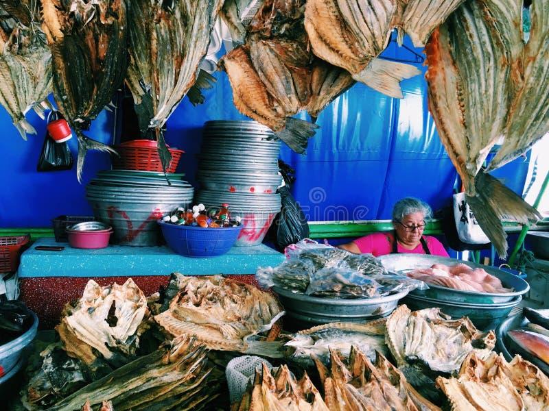 EL SALVADOR LA LIBERTAD - MARS 4, 2017 Försäljningar för gammal kvinna torkade fisken på fisken, La Libertad Department av El royaltyfri foto