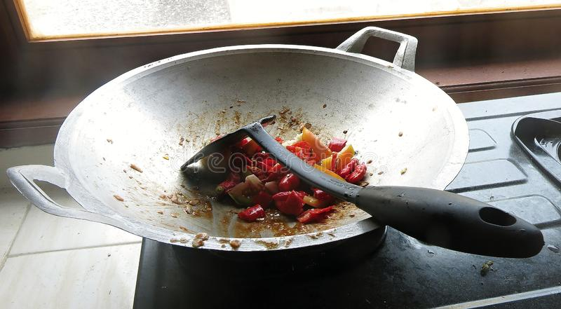 El sambal es una salsa indonesia tradicional Se hace de los chiles muy calientes, de los tomates y de las especias Las verduras c foto de archivo