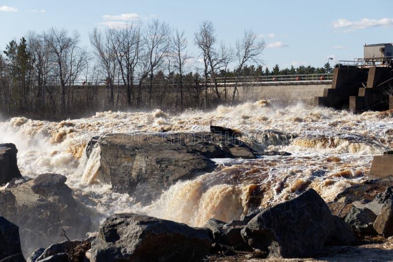 El santo Louis River cerca de Thomson Reservoir en Minnesota imagenes de archivo