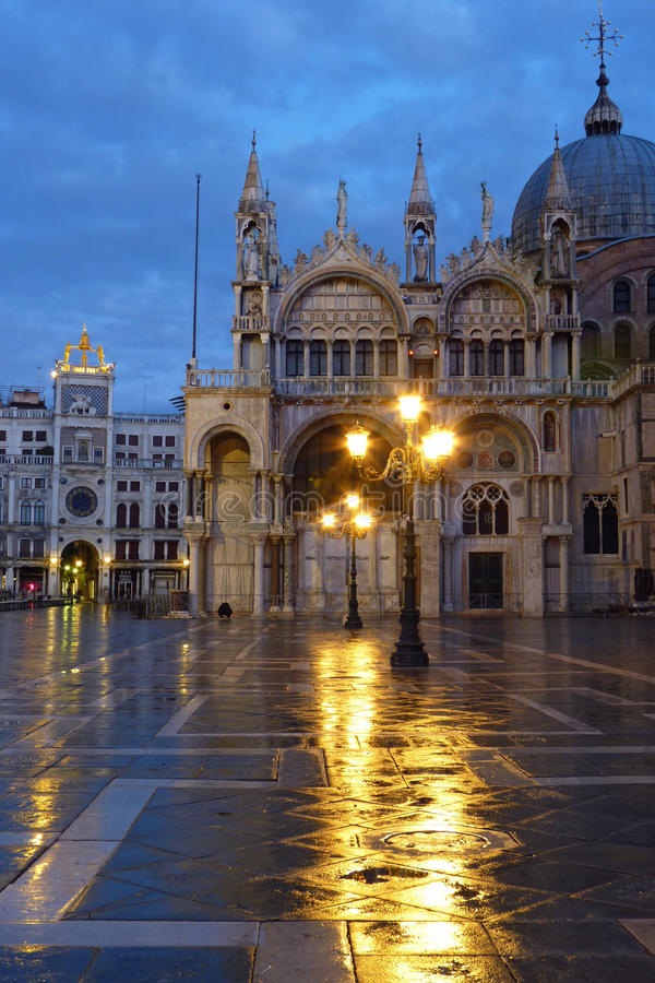 El santo marca el cuadrado en la lluvia foto de archivo libre de regalías