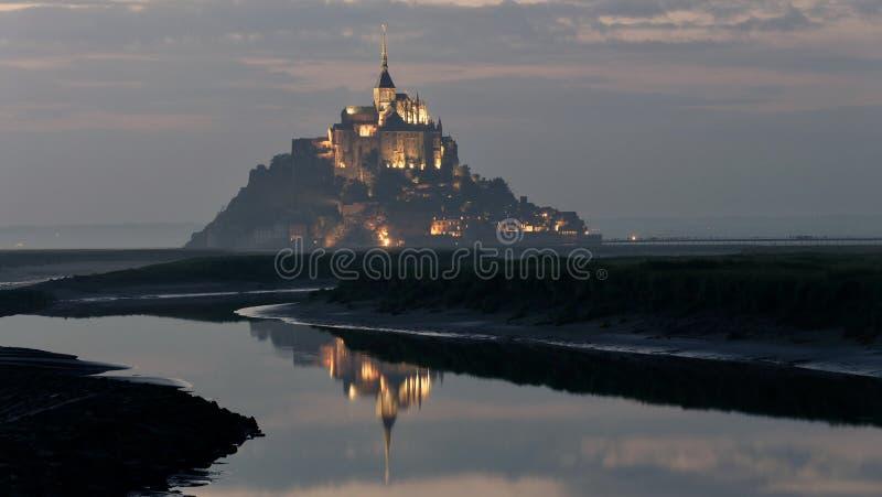 El santo Miguel de Mont iluminó en la oscuridad en verano durante la bajamar imagenes de archivo