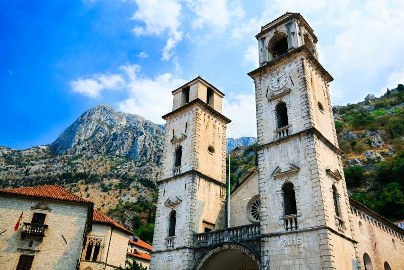 El santo Tryphon de la catedral es catedral católica en la ciudad vieja de Kotor, Montenegro Montaña de Lovcen en el fondo imagenes de archivo