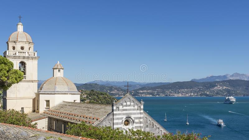 El santuario de Madonna blanco, iglesia de San Lorenzo y el golfo de poetas, Portovenere, Italia imagen de archivo