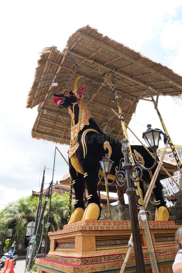 El sarcófago del toro se prepara para un entierro de la familia real de Ubud fotografía de archivo libre de regalías