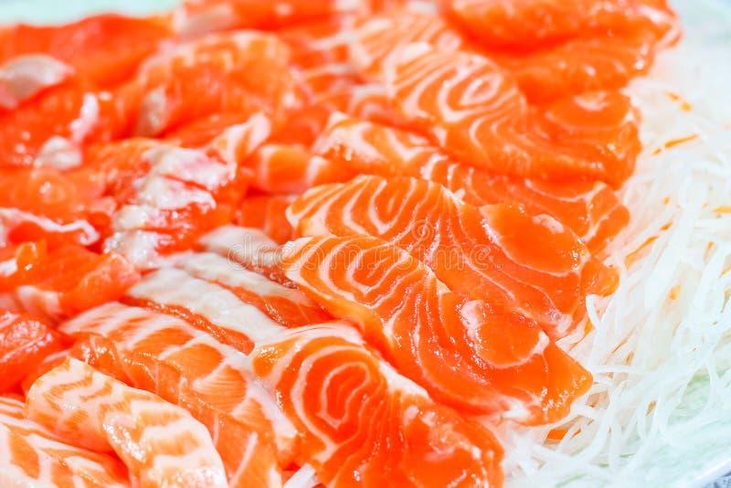 El sashimi de color salmón, cierre para arriba del modelo en salmones de la rebanada, seleccionó focu foto de archivo libre de regalías