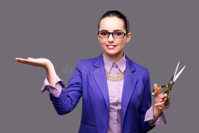 El sastre de la mujer que lleva a cabo la mano vacía imagen de archivo