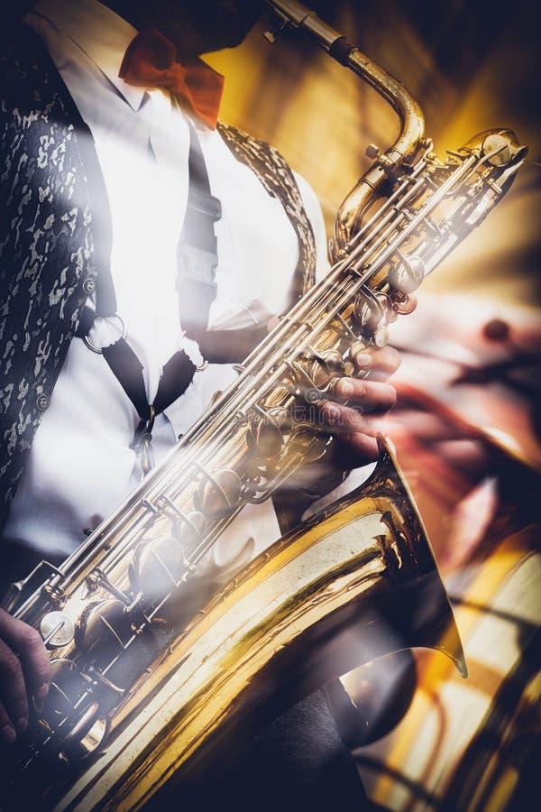 El saxofonista toca expresivo el saxofón del oro en un conce foto de archivo libre de regalías
