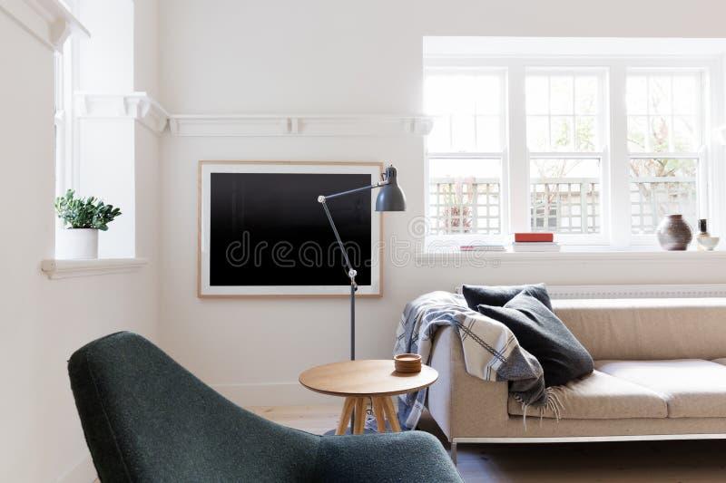El scandi contemporáneo diseñó la sala de estar en el apartamento australiano fotos de archivo
