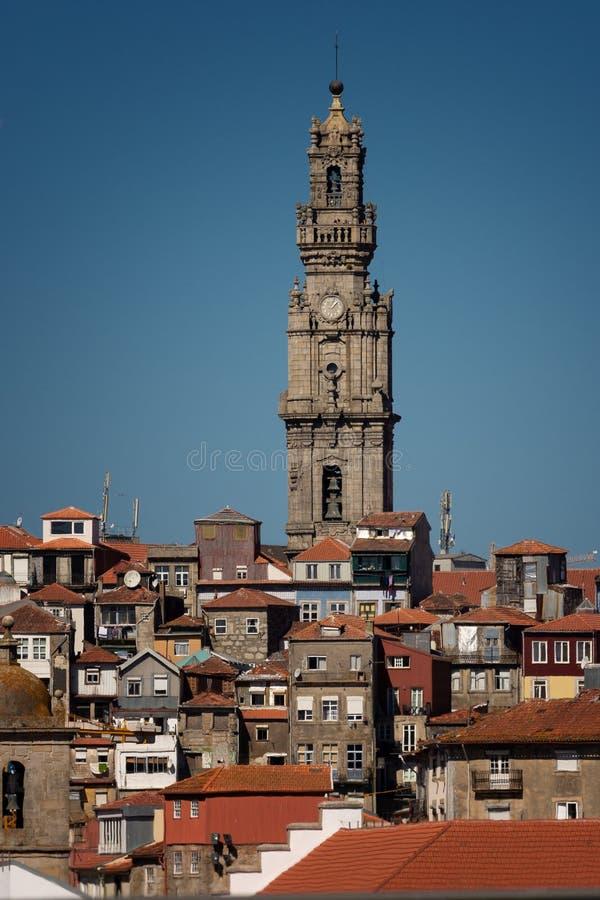 El scape y la ciudad de Oporto es torre del ayuntamiento fotos de archivo libres de regalías